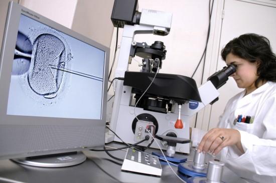Laboratorietekniker bruker mikro-nål til å befrukte en eggcelle.