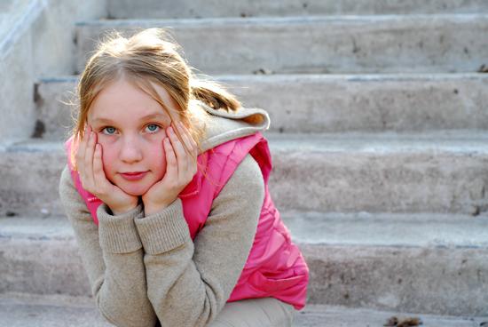 Illustrasjonsfoto av ettertenksom jente på trapp
