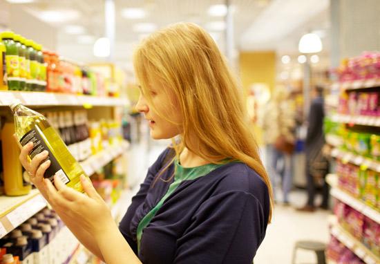 Kvinne vurderer varer i supermarked