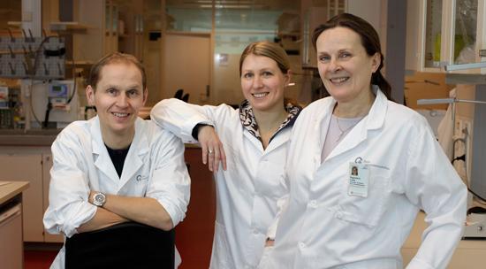De tre forskerne med hvite frakker på laboratoriet