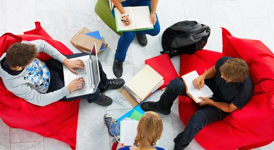 Elever arbeider i gruppe