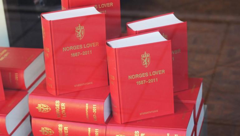 "Stabel med eksemplarer av boka ""Norges lover"""