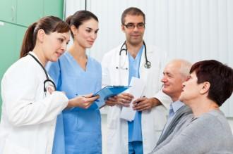 Helsepersonell i samtale med pasient