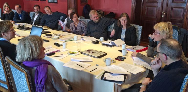 Medlemmer rundt møtebordet.