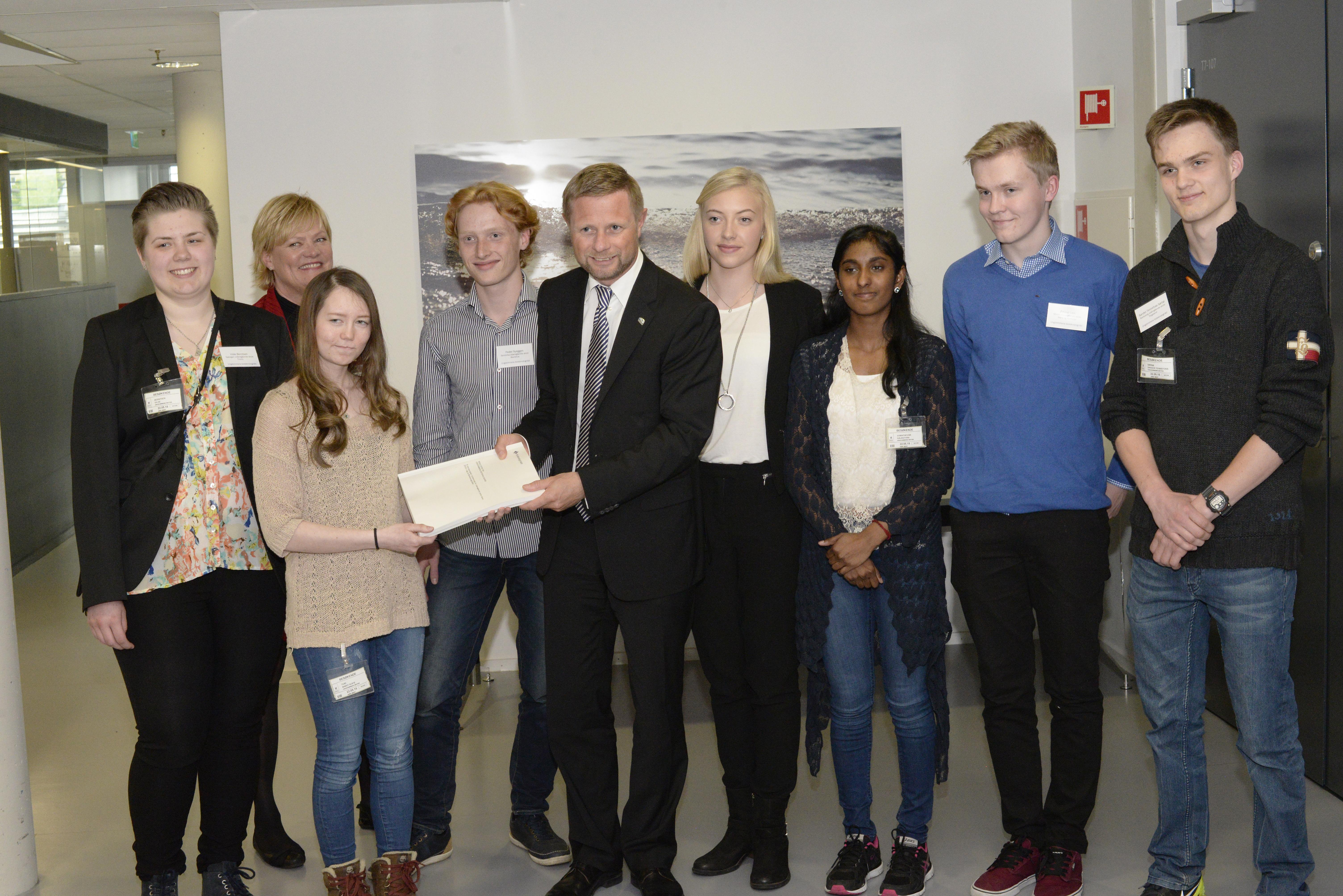 Statsråden får overlevert rådene fra alle de 62 klassene som deltok i Ungdommens bioteknologiråd.