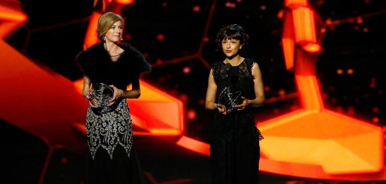De to forskerne på scenen med prisstatuett i hendene