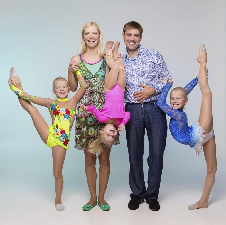 Bilde av familie som trener.