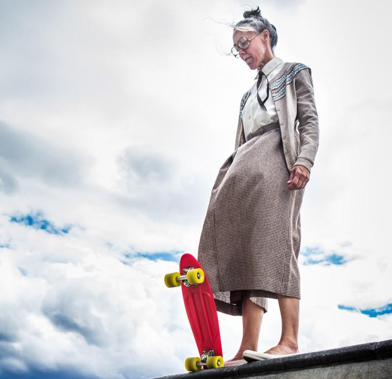 eldre kvinne med skateboard