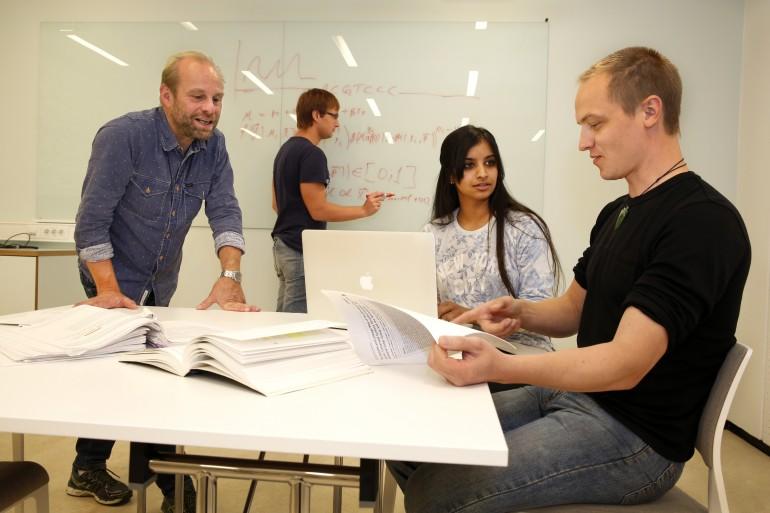 UiO Livsvitenskap: fv Biolog Kjetil Jakobsen i møte med Bastiaan Star (reesearcher ved tavla), Srindhi Varadharasan og Aliaksandr Hubin (phD studenter). Foto: UiO.
